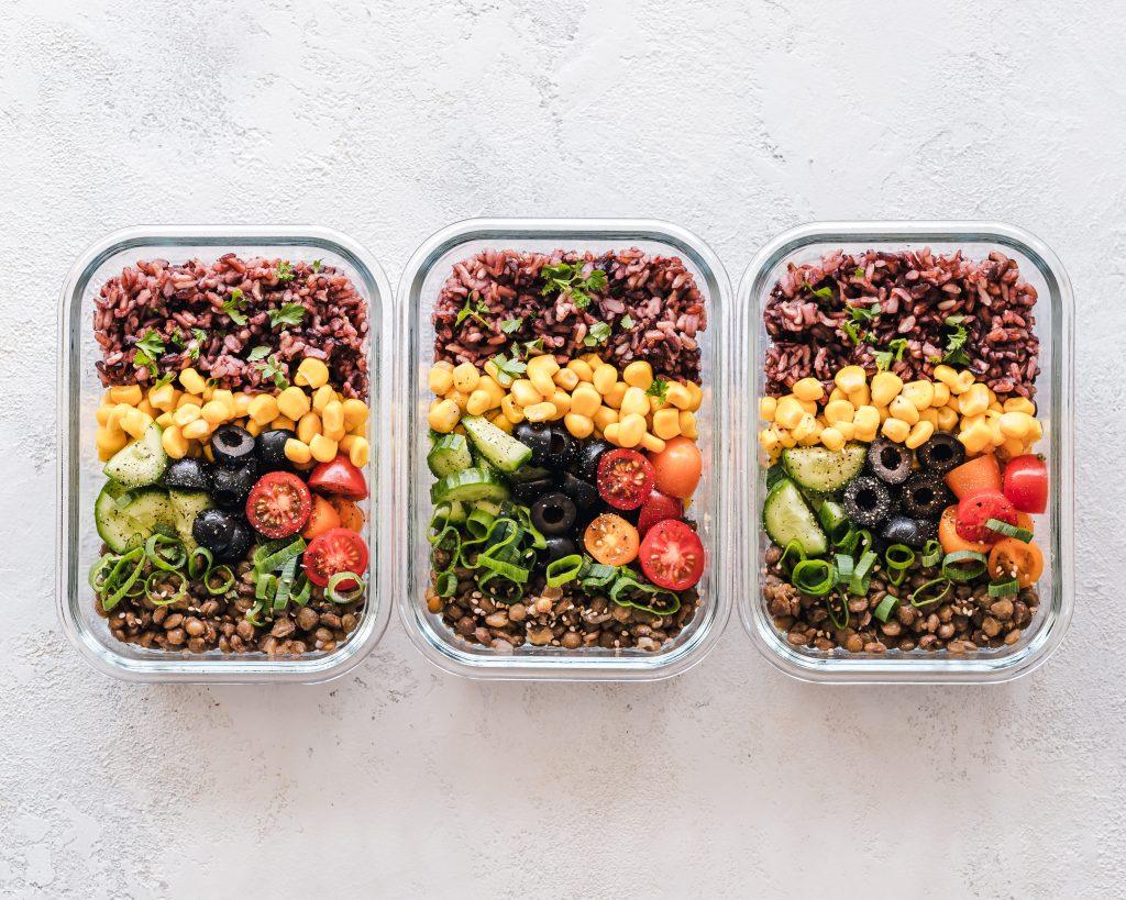 3 boites en verre avec salade préparée maison