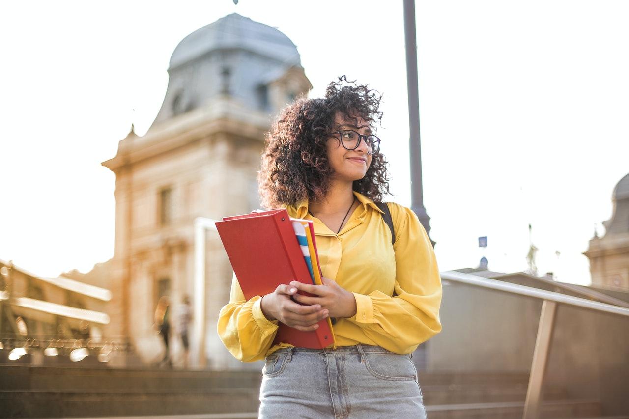 jeune femme qui tient des cahiers